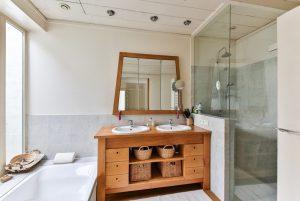 Drewno w łazience, czyli gorący trend wnętrzarski