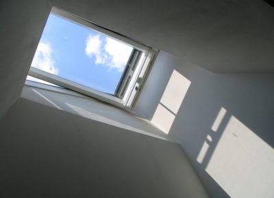 Mieszkanie na poddaszu – poznaj plusy i minusy tego rozwiązania!
